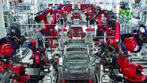 O uso de novas tecnologias muda o chão de fábrica de empresas ao redor do mundo. Na foto, linha de montagem da Tesla na Califórnia (EUA), com autobots. Foto: Steve Jurvetson/Flickr, 2011