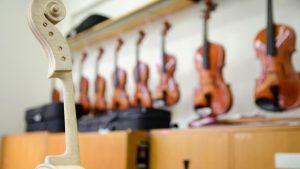 Literatura científica desenvolvida na única graduação em Luteria do Brasil procura registrar aspectos históricos e técnicos de instrumentos musicais de madeira. Fotos: Marcos Solivan/Sucom-UFPR, 2014
