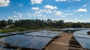Maior usina solar do Paraná foi construída sobre estacionamento no Campus Politécnico da UFPR, em Curitiba. Fotos: Marcos Solivan/Sucom-UFPR