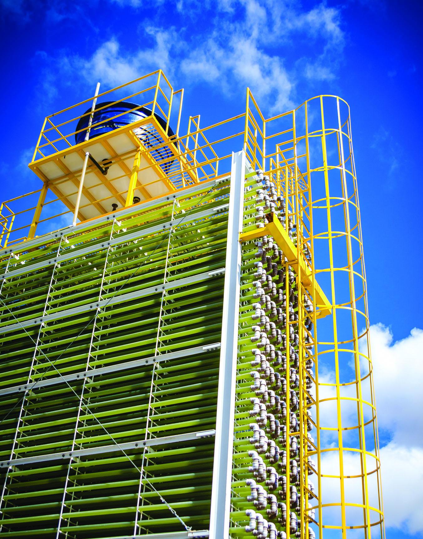 O fotobiorreator tubular compacto desenvolvido pelo NPDEAS tem 12 mil litros de capacidade e articula 3,5 quilómetros de tubos transparentes arranjados em um espaço de dez metros quadrados. Foto: André Filgueira/Sucom-UFPR