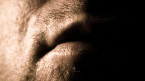 Silencioso porque marcado por lesões em geral indolores, o câncer de boca acomete mais homens de meia idade e com histórico de tabagismo. Foto: Will Keightley/Flickr, 2007
